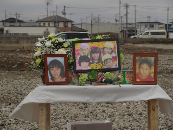 A year has passed, I went to where our kindergarten used to be. I laid flowers down for the people who died, and prayed for them. A friend who was in my class; a friend I played with in kindergarten; Miss Rie, one of my teachers. I found out they died. 玉田 真菜 / Mana Tamada