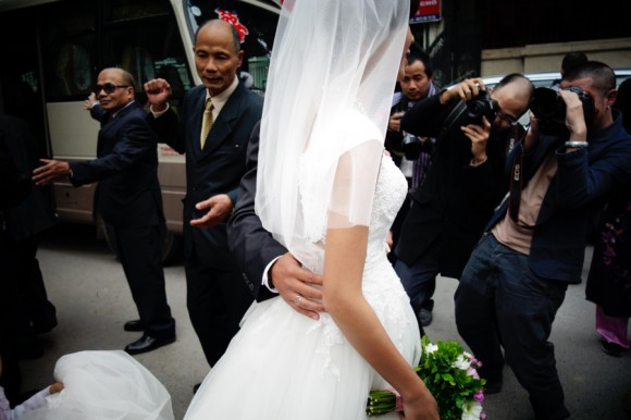 Vietnamese Photographers Hai Thanh and Maika Elan tie the knot.  © Kevin WY Lee